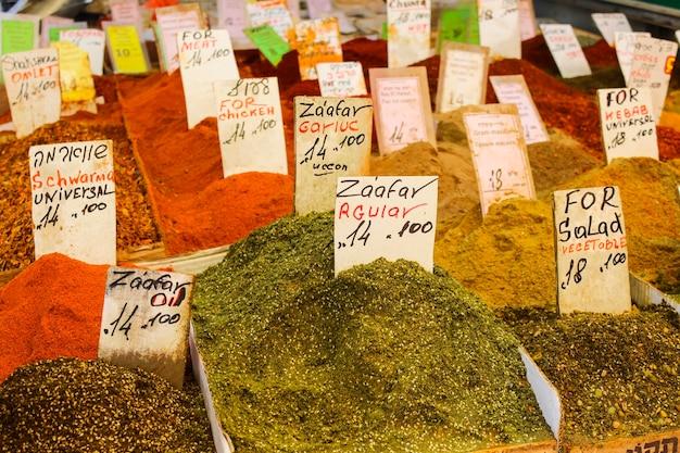 市場のカウンターでさまざまな料理の調味料