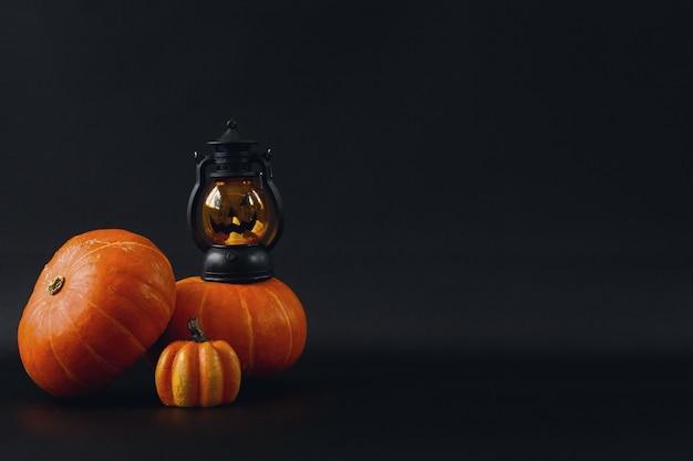 Различные милые украшения хэллоуина на черном фоне