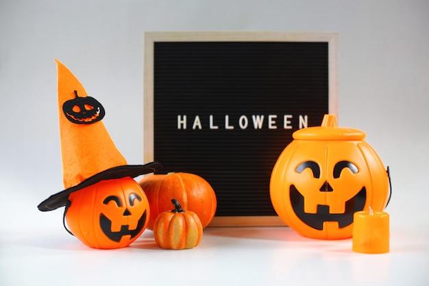 Различные милые украшения хэллоуина на белом фоне