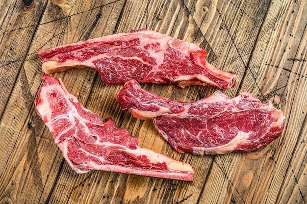 生の牛肉の様々なカット。