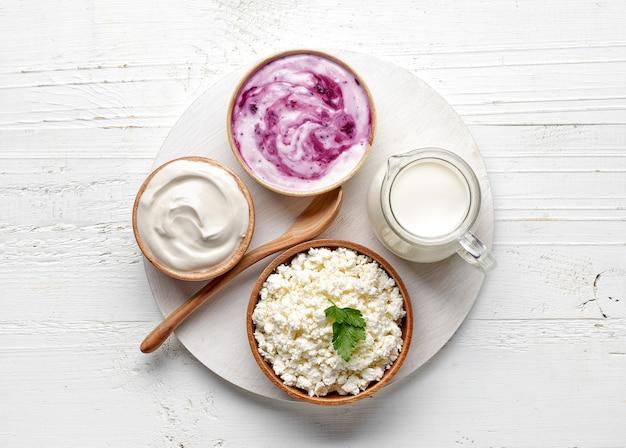 흰색 나무 식탁에 있는 다양한 유제품, 위쪽 전망