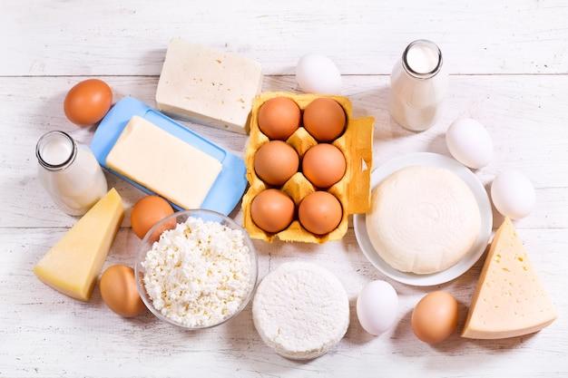 Различные молочные продукты на деревянном столе