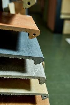 Различные образцы декоративной плитки. разноцветные образцы каменной плитки в магазине