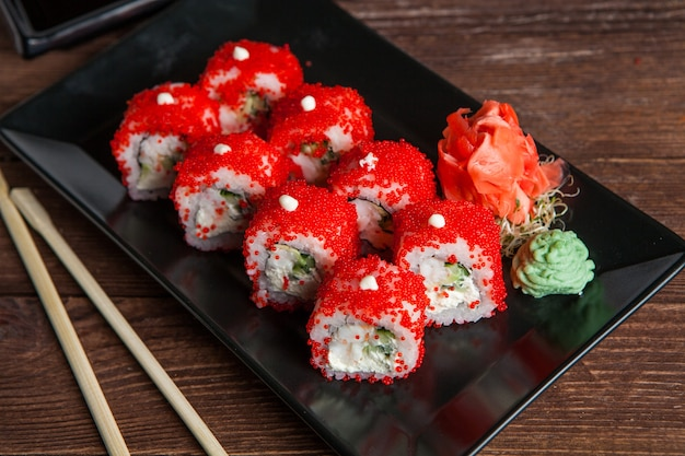 Различные вкусные виды суши-роллов.