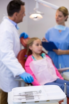 Различные стоматологические инструменты хранятся в лотке