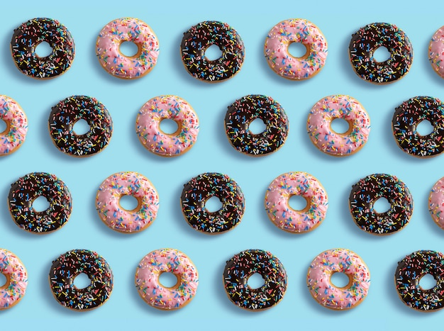 Различные пончики на синем фоне