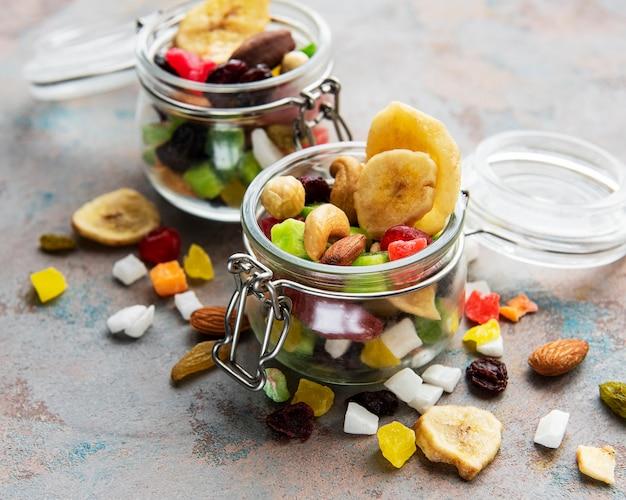 회색 콘크리트 테이블에 다양한 말린 과일과 믹스 너트.