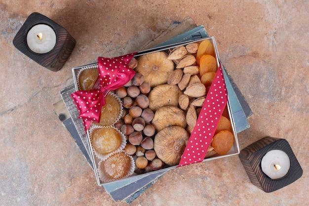 Vari frutti secchi e noci sulla confezione regalo.