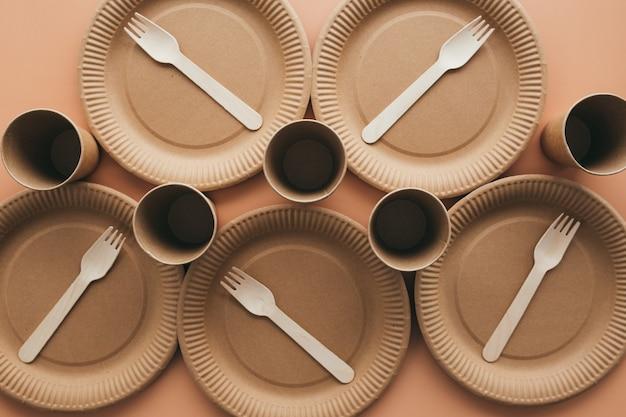 다양한 친환경 크라프트 지 포장, 포크, 컵, 접시, 테이크 아웃 식품 용 용기 제로 폐기물 및 재활용 개념. 고품질 사진