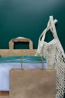 緑の背景にさまざまな環境に優しい包装。