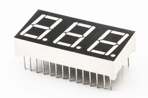 다양 한 전자 부품 근접 격리 된 흰색 배경에 설정
