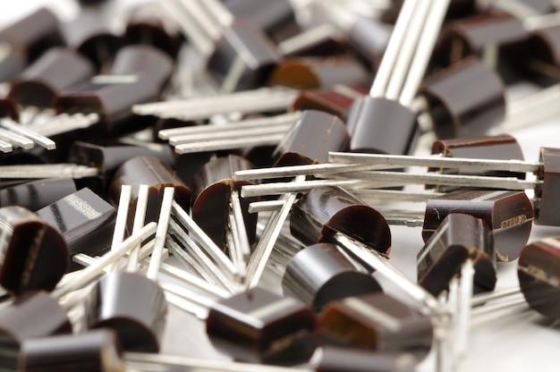 さまざまな電子部品-白い背景に92ケースのトランジスタのクローズアップ