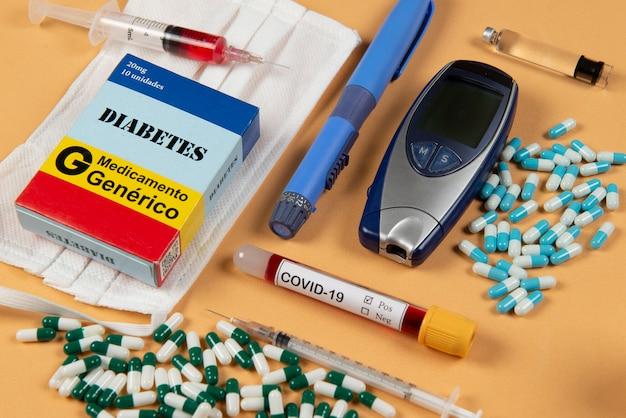 Различные элементы медицины на зеленом фоне