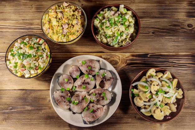 Различные праздничные блюда на деревянном столе. вид сверху
