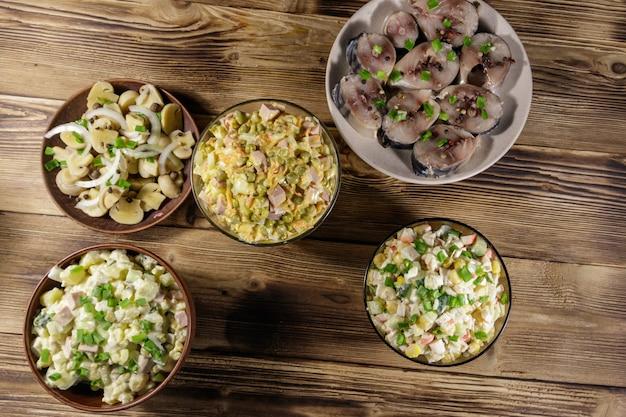 나무 테이블에 다양한 축제 요리입니다. 평면도