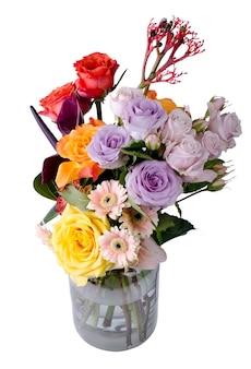 다양한 꽃다발. 핑크 거베라와 부드러운 라일락 장미는 꽃 배경을 닫습니다.
