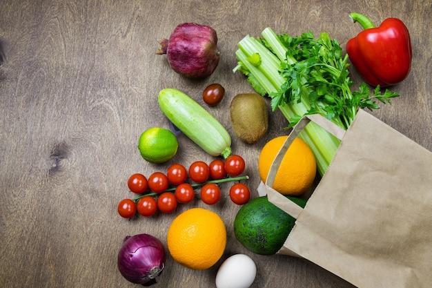 Различные продукты питания в бумажном пакете продуктового магазина концепции