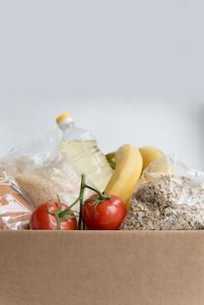 コピースペース付きのカートンボックス内のさまざまな食品