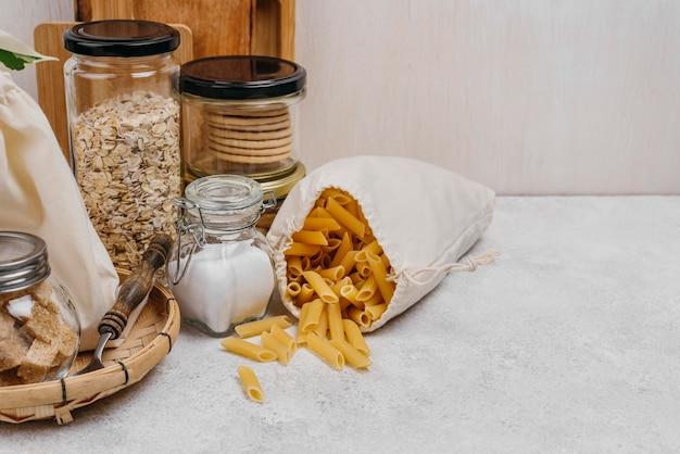 さまざまな食品原料とパスタの袋