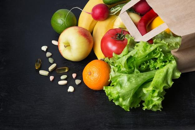Различные свежие фрукты и овощи для здорового питания на черном