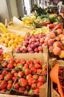 市場に出回っている箱に入った様々な新鮮な果物