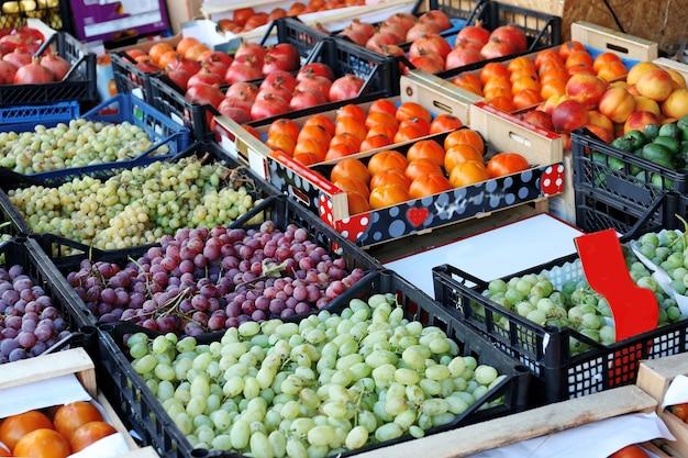 Различные свежие фрукты на рынке
