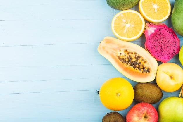 青い木の板の上に様々な新鮮な果物