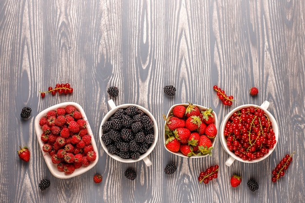 さまざまな新鮮な夏のベリー、ブルーベリー、レッドカラント、イチゴ、ブラックベリー、トップビュー。