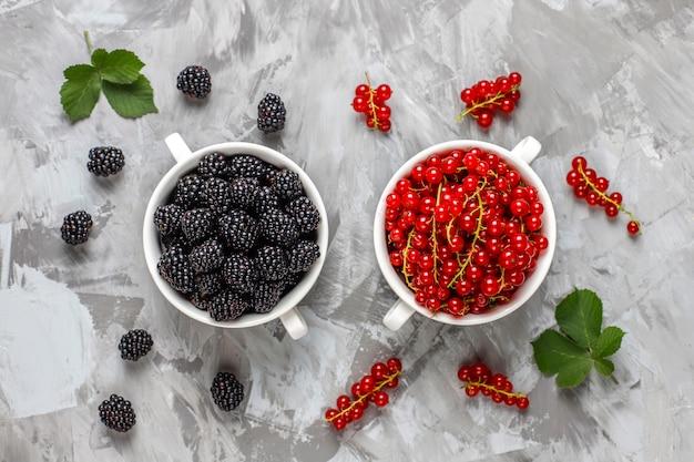 Различные свежие летние ягоды, черника, красная смородина, клубника, ежевика, вид сверху.