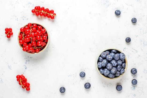 Различные свежие летние ягоды, черника, красная смородина, вид сверху.