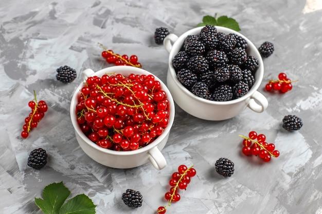 様々な新鮮な夏の果実、赤スグリ、ブラックベリー、トップビュー。