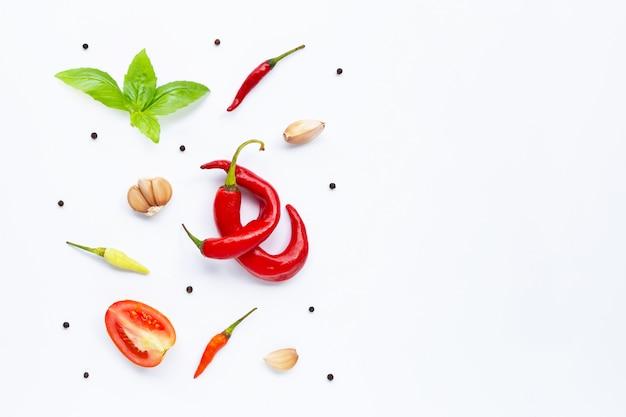 様々な新鮮な野菜と白い背景のハーブ。