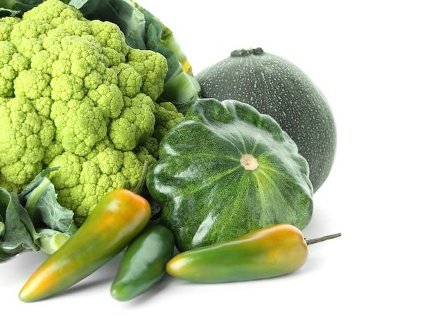 白地に様々な新鮮野菜