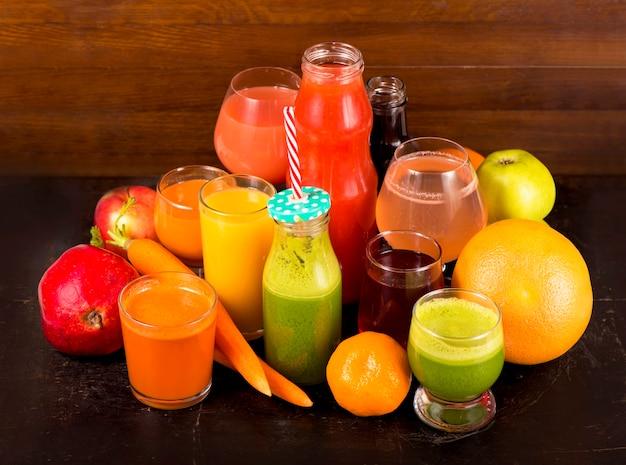 絞りたてのさまざまな果物や野菜ジュース Premium写真