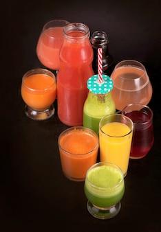 Различные свежевыжатые соки из фруктов и овощей Premium Фотографии