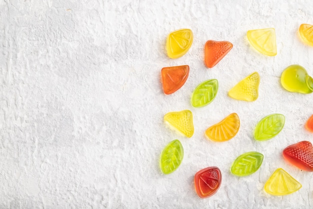 Различные мармеладные конфеты на сером фоне бетона