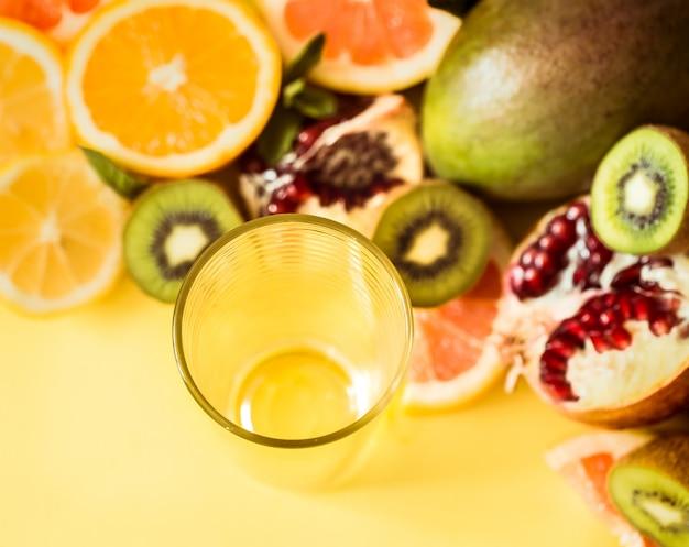 다양한 과일과 빨대와 유리
