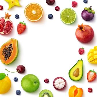 Различные фрукты и ягоды на белом фоне