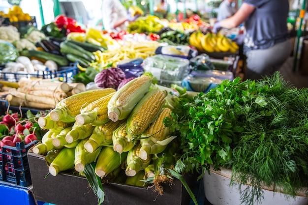 市内のファーマーズマーケットにあるさまざまな果物や野菜