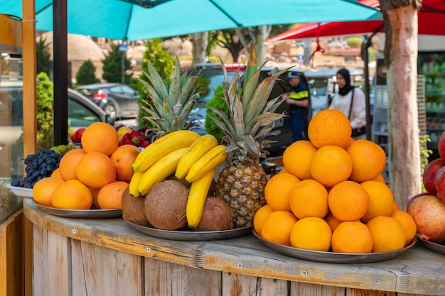 販売のための様々な果物、屋外市場。食べ物。トビリシ