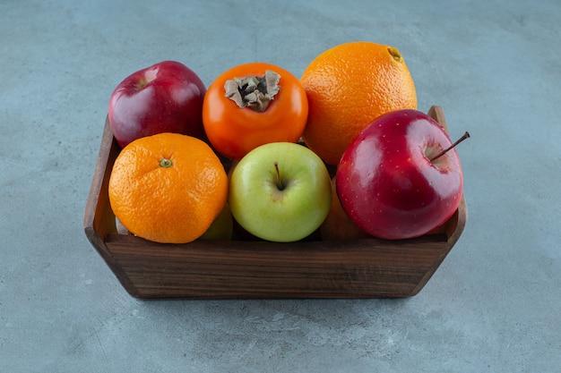 대리석 배경에 상자에 있는 다양한 과일. 고품질 사진