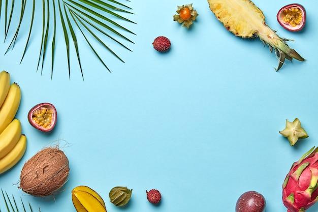 灰色の木製テーブルにさまざまな果物