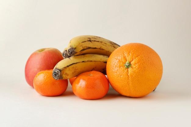 Различные фрукты на ровной поверхности