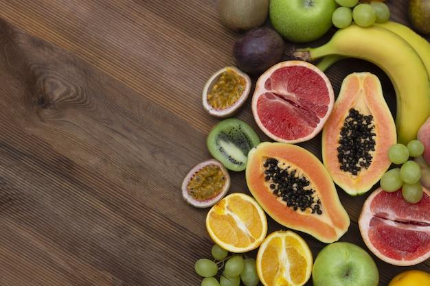 木製の背景にさまざまな果物。フラット横たわっていた。