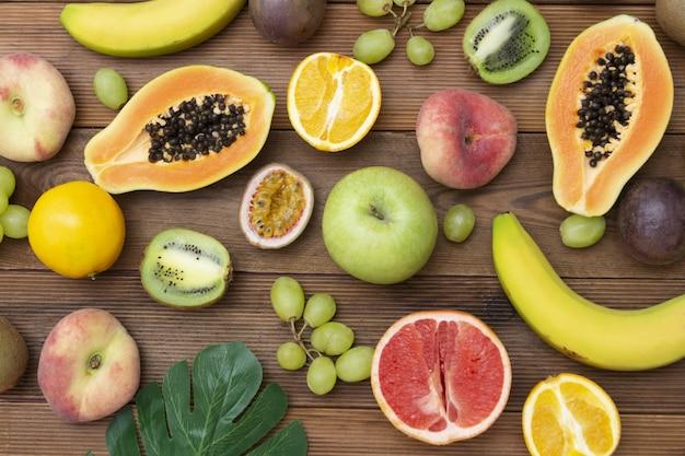 木製の背景にさまざまな果物。夏のコンセプトです。