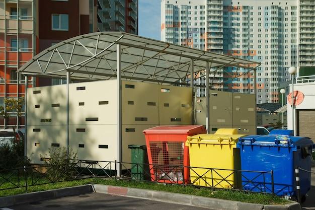 Различные урны для раздельного сбора мусора. красочные пластиковые контейнеры для сортировки бытовых отходов на улице. переработка бытовых отходов. экологически чистый сбор мусора
