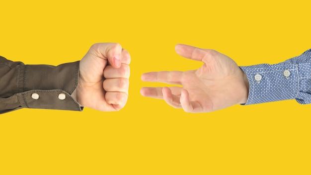 노란색 배경에 서로 사이의 남성 손의 다양한 제스처. 사회의 제스처 관계. 프리미엄 사진