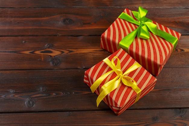 나무 테이블에 있는 다양한 선물 상자, 위쪽