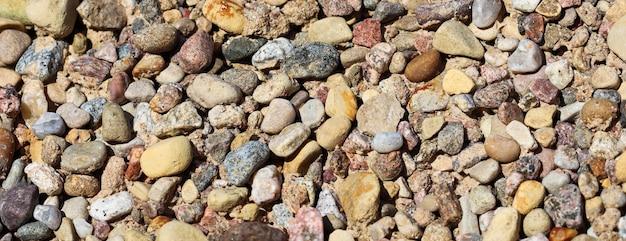 Различные кучи гравия для фона острых камней крупным планом для текстуры щебня строительства