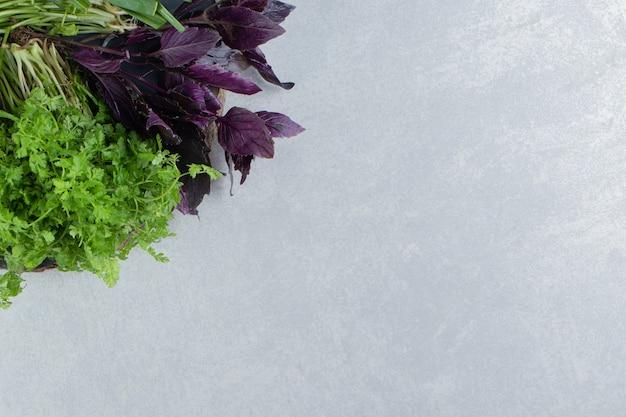 ボード上のさまざまな緑の野菜、大理石の背景。